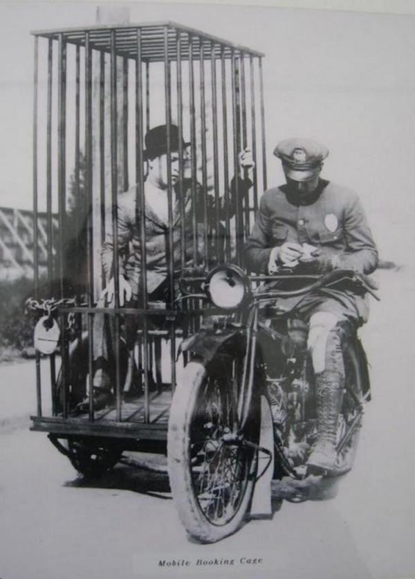 Полицейский с задержанным 1921