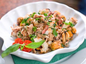 Салат з морепродуктів, морепродукти, зелень, мідії