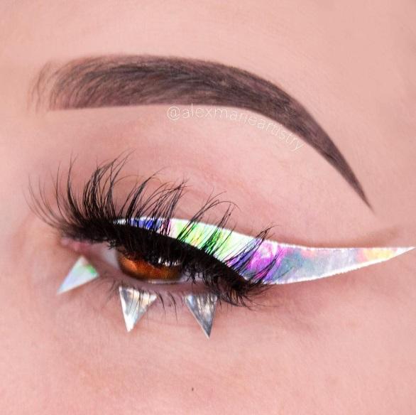 Голографические стрелки в макияже