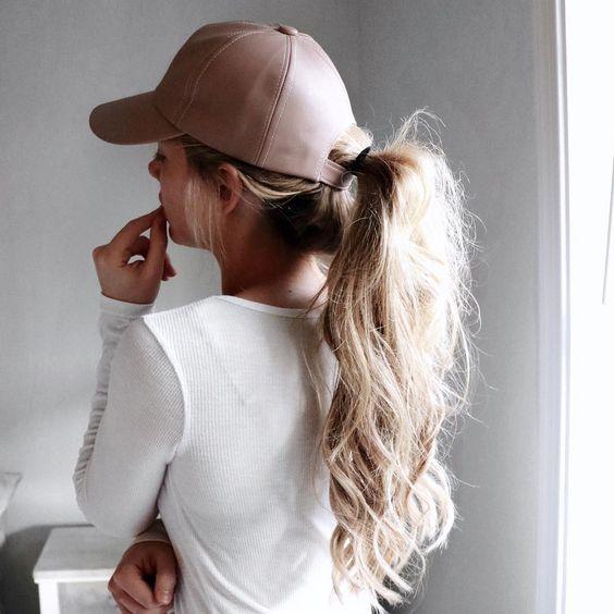 Прически с кепками на лето