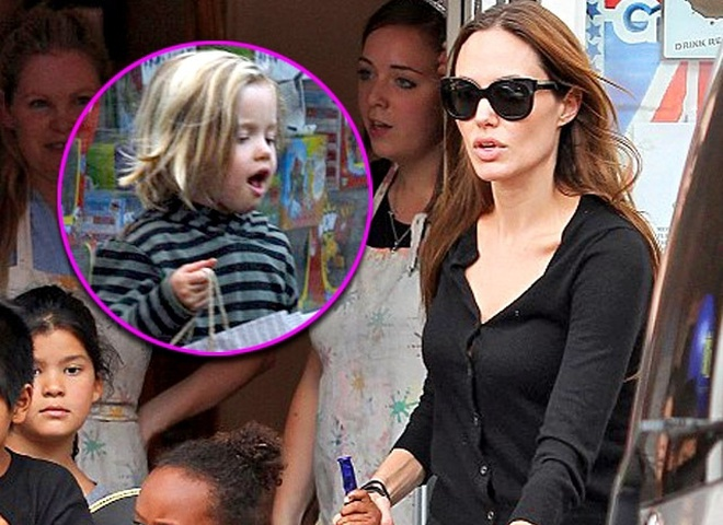 Анджелина Джоли красит волосы 5-летней девочке