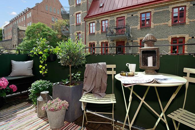 Скандинавский стиль: балконы, утопающие в зелени