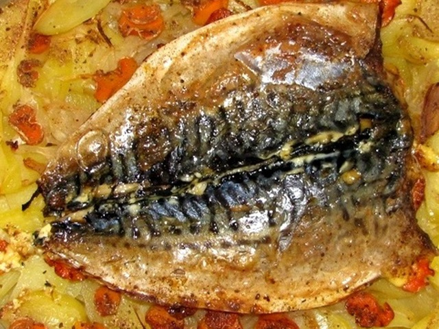 Минтай запеченный в духовке с картофелемы