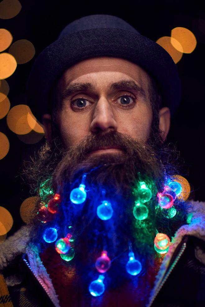 Очень мужественно: мужчины украшают бороду новогодними гирляндами