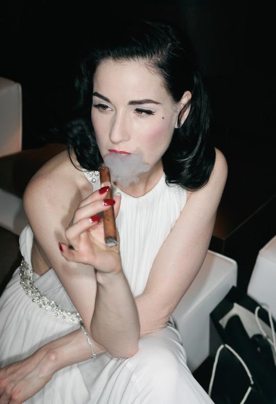 15 девушек-знаменитостей, которые не могут отказаться от сигарет