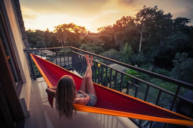 Необычная работа фрилансера: повесить гамак на балконе квартире