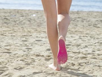 Наклейки на ноги замість взуття