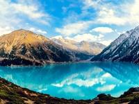 Красочный пейзаж с озером