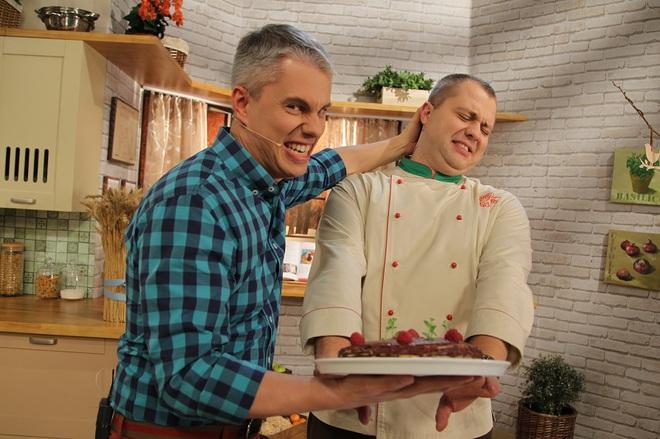 """Готовить сладости в программе """"Готовим вместе"""" Андрею Дромову приходится практически  не глядя. А тут еще Доманский  искушает…"""
