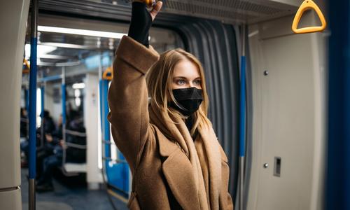 девушка в транспорте