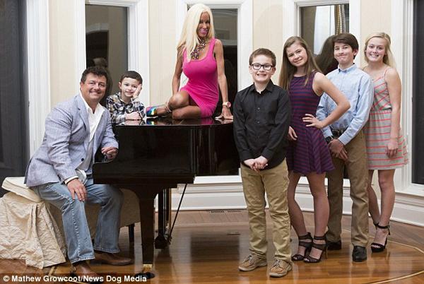 42-летняя мать 5 детей решила стать Барби