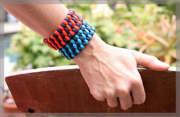Яркий браслет из шнурков