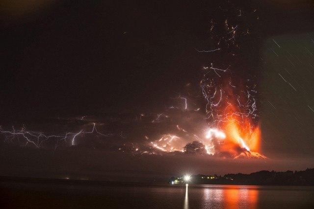 Страшно красиво: извержение вулкана Кальбуко в Чили