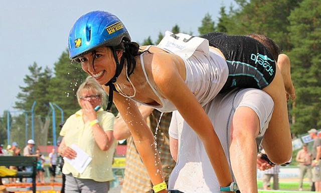 Найоригінальніші спортивні фестивалі: змагання з перенесення дружин