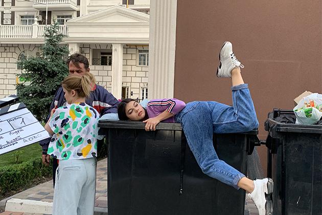 Анна Остапенко і сцена з сміттєвим баком