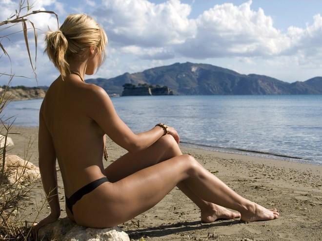 Загорай с обнаженной грудью в безопасные для пребывания на солнце часы.