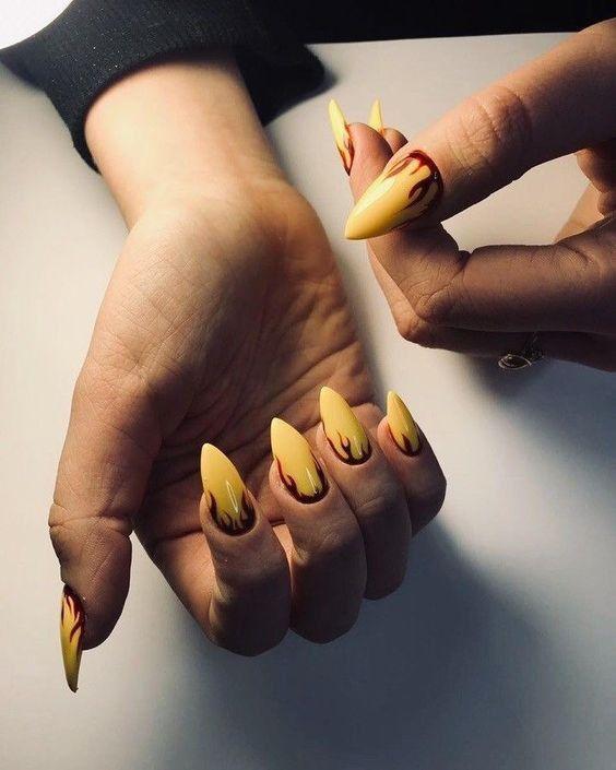 Больше красок: 20 идей желтого маникюра на весну