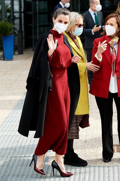 Королева Испании Летиция в бордовом платье Massimo Dutti