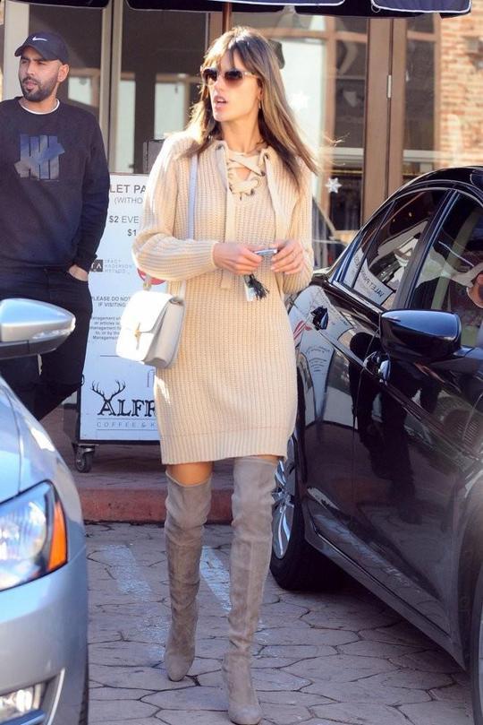 Идеальное сочетание: 3 образа с ботфортами и свитерным платьем