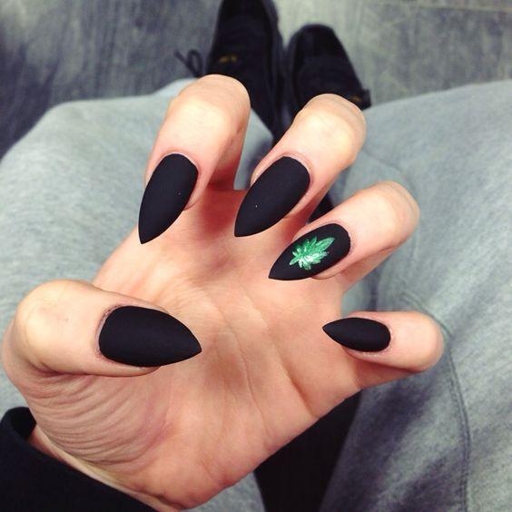 Острые черные матовые ногти