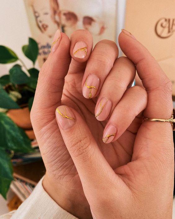 Модний манікюр з золотистим декором