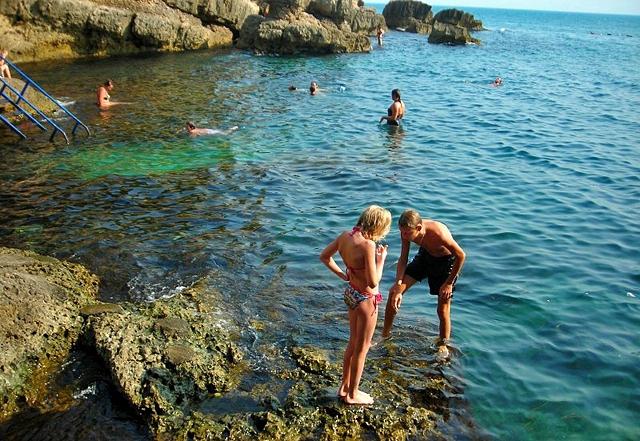 Нудисткие пляжи Черногории: Ульцин, пляж Отеля Альбатрос