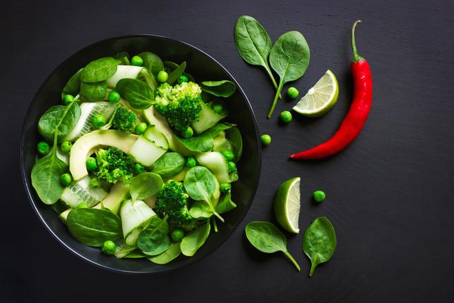 Рецепт салата из капусты брокколи, огурцом и зеленым горошком