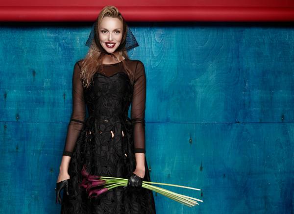 Оля Полякова пополнила свою коллекцию кокошником из подсолнухов