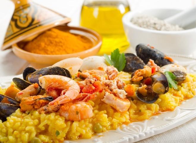 Іспанська кухня багата овочами, морепродуктами, стравами із рису і птиці, а також ніжними десертами