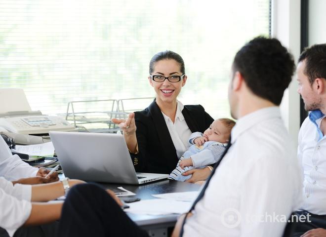 Ребенок в офисе, работающая мама