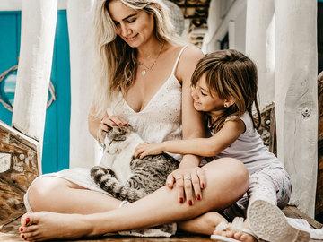 мати донька та кішка