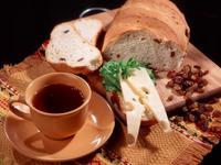 Чашка чая со свежим хлебом
