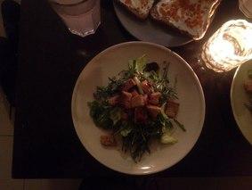 Салат с чесночными сухариками и красной рыбой