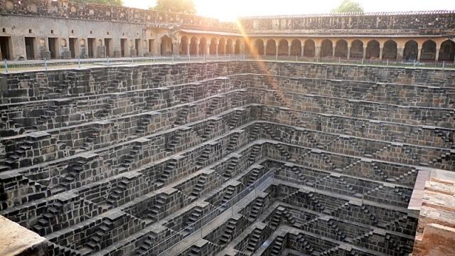 Стена ступенек в Индии