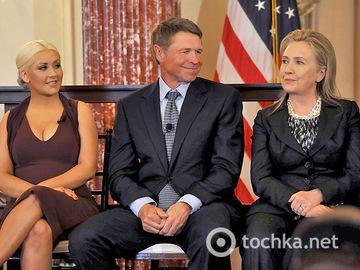 Крістіна Агілера і Гілларі Клінтон на нагородженні