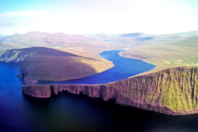 Озеро над океаном: Сорвагсватн на Фарерских островах