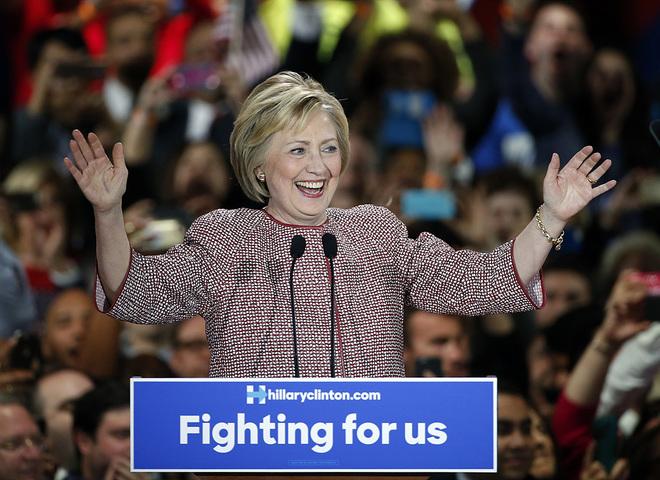 Хиллари Клинтон в Armani