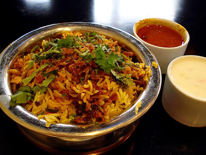 10 блюд, которые вы обязаны попробовать в Индии: Рис Бириани с соусом Райта