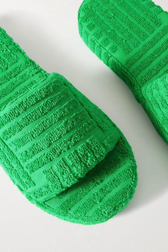 Трендовые махровые шлепанцы и сандалии на лето