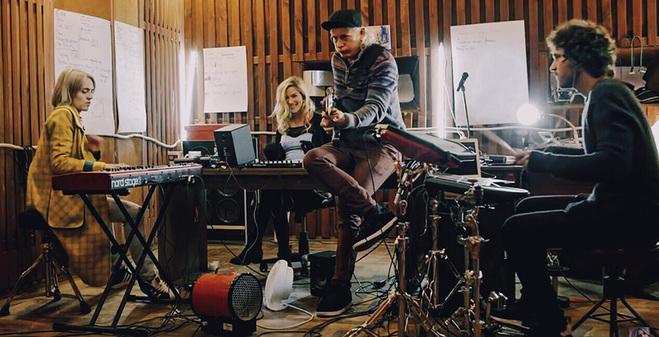 Обладательница Grammy Joss Stone спела песню вместе с группой DVOE