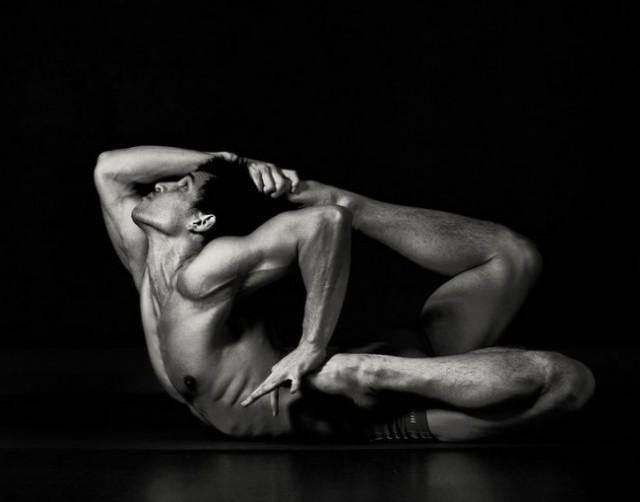 Мужская красота в утренней йоге