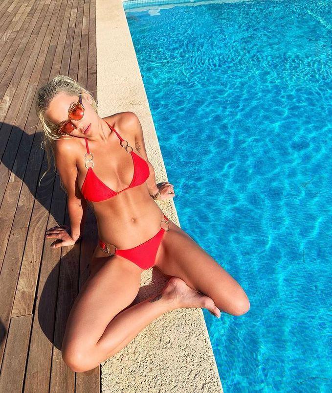 Рита Ора в купальнике