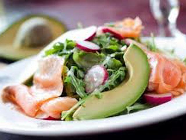 Салат со слабосоленой семгой и авокадо