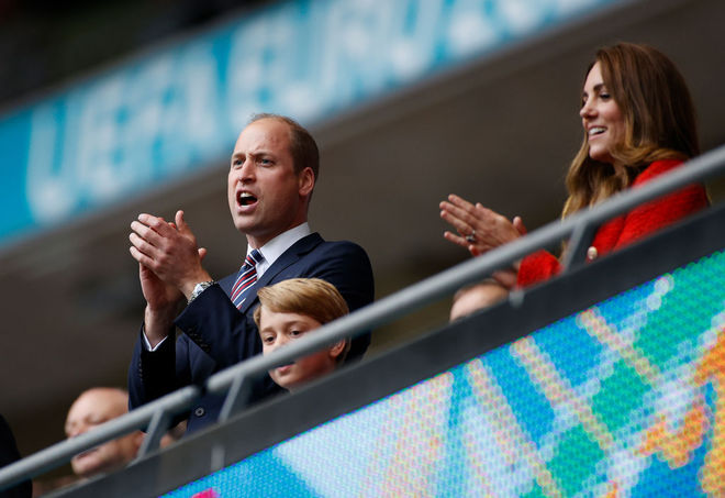 Принц Вільям і Кейт Міддлтон з сином Джорджем на футболі