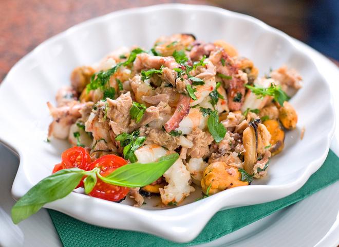 Салат из морепродуктов, морепродукты, зелень, мидии