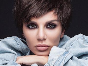 Анна Седокова примерила образ короткостриженной брюнетки