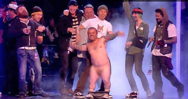 Голий карлик показав член на MTV Europe Music Awards 2010