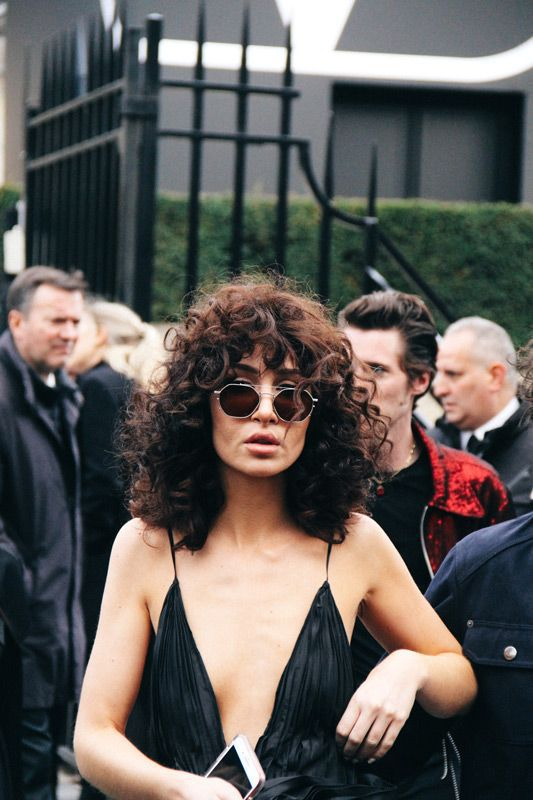 Кудрявая челка — трендовая укладка волос на каждый день