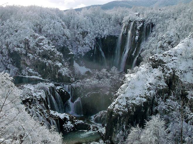 Дивовижні замерзлі водоспади