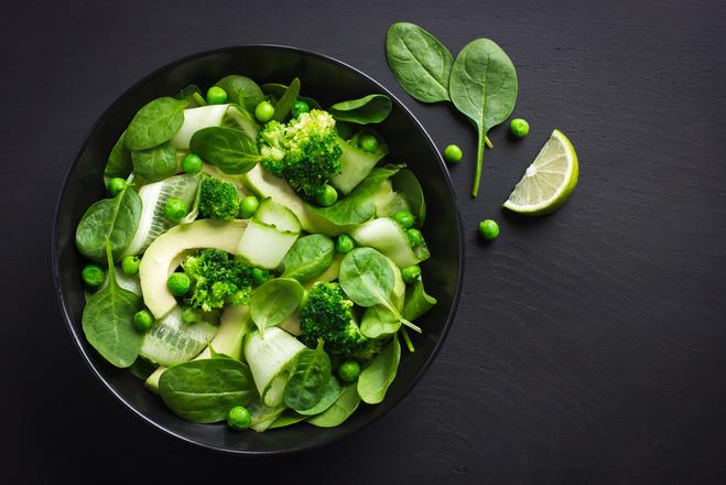 Салат из шпината, огурцов и брокколи